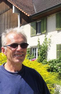 Beat Horber hat die Laufflächen in seinem Milchviehstall mit KRAIBURG Gummimatten saniert und ist begeistert davon