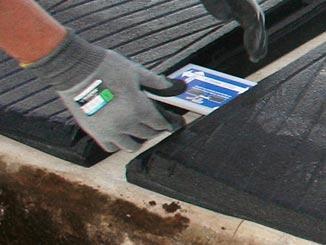 Der Abstand zwischen den WINGFLEX Liegematten für Kühe für die Montage Profile wird mit den KRAIBURG Montagelehren eingerichtet