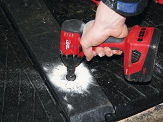 WINGFLEX Profile bei der Montage der Liegematten an allen vormontierten Schrauben fest anziehen