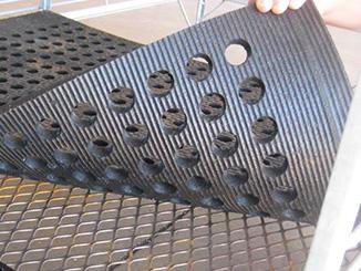 KRAIBURG CaBoMat Lochmatte einfach auf das Metallgitter in der Kälberbox auflegen