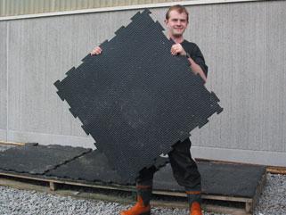 Sven Jansson, Skara, ist sehr zufrieden mit KRAIBURG Gummimatten im Kaltstall