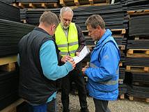 Bei der Überprüfung der Produkt- und Produktionsqualität wird per Zufall eine Matte vom Lager ausgewählt