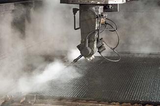 Neue Technologie Hochdruck-Wasserstrahlschneiden von Gummimatten bei KRAIBURG