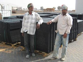 Vor einem Milchviehstall in den Vereinigten Arabischen Emiraten: hier funktioneren KRAIBURG Melkstandmatten aus Gummi auch bei extrem heißen Temperaturen