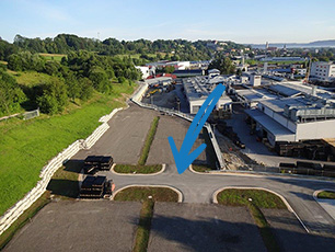 neuer Parkplatz für KRAIBURG Mitarbeiter als Terrasse am Hang
