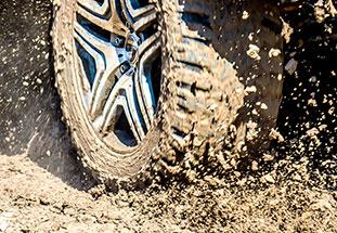 Reifen: Wasser und Matsch wird aus den Profilrillen gedrängt