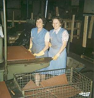 KRAIBURG Mitarbeiterinnen bei der Herstellung von Elastik-Platten
