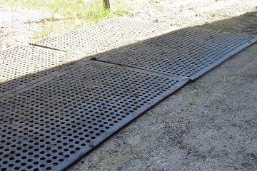 LOMAX Lochgummimatte auf der Weide zur Bodenstabilisierung und Befestigung von (matschigen) Böden